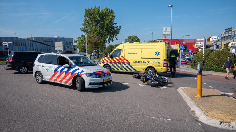 Twee gewonden na aanrijding in Alkmaar; fiets en motor klappen op elkaar