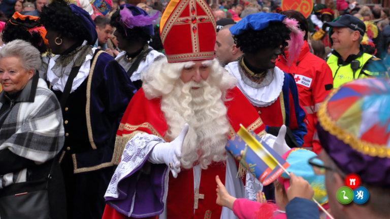 Sint verwelkomd in De Mare door grote massa kinderen en hun ouders