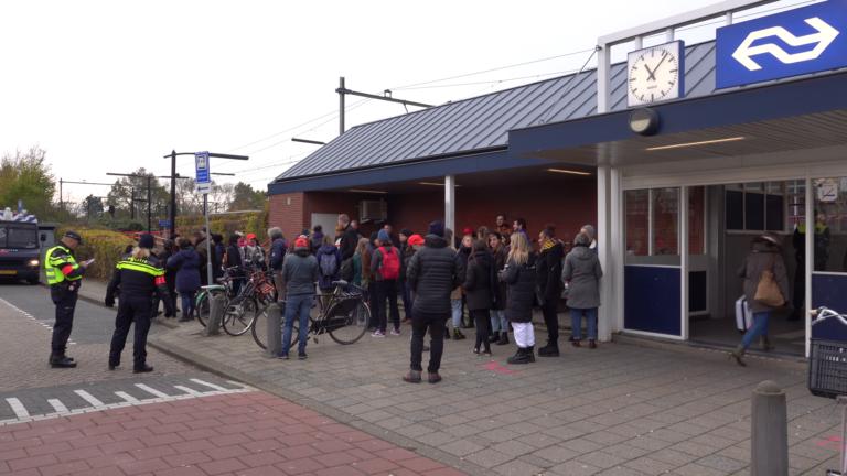 Gemoedelijke aankomst Jerry Afriyie en anti Zwarte Piet activisten bij station Alkmaar-Noord - Alkmaar Centraal