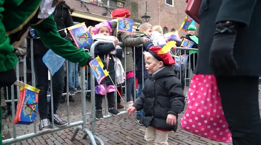 """Sinterklaas blij om weer in Alkmaar te zijn: """"Dat maakt Sinterklaas een gelukkig mens"""" (VIDEO) - Alkmaar Centraal"""
